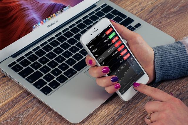 Heutzutage lassen sich Börsenkurse nicht nur auf dem Smart Phone abrufen, sondern man kann von unterwegs auch handeln.