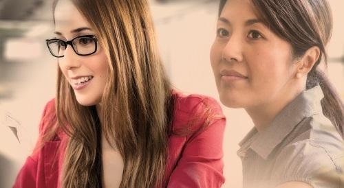 noch einmal komplett neu anfangen - zwei junge Frauen bei der Arbeit