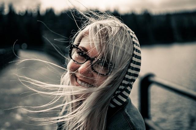 lachende Frau - macht Geld glücklich?