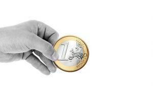 Bedürftigen zu helfen - Eine Spende von einem Euro für Bedürftige ist gut gemeint, hilft den meisten langfristig aber nicht zu einem besseren Leben