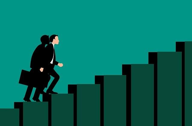 warum investieren weniger riskant ist - Aufwärtstrend, persönliches Wachstum, Treppe nach oben