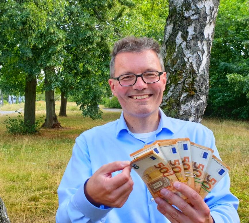 Geld ist die Wurzel allen Übels - Lars Hattwig Geld